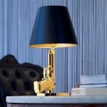lampada da tavolo Bedside Gun Flos di Philippe Starck a forma di pistola